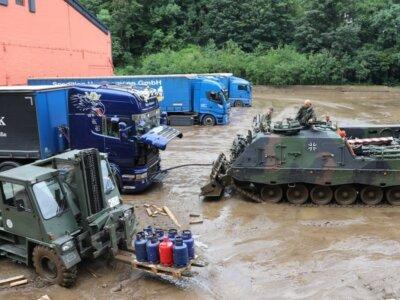 Így szabadította ki az áradások után a sárban rekedt teherautókat a német hadsereg (videók)