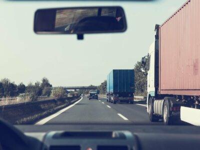 Drakonische Strafe für dreisten Autofahrer, der mit Absicht einen LKW ausbremste
