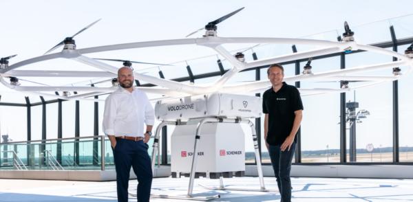 Nouă soluție pentru livrări sustenabile prezentată de DB Schenker: o dronă care poate transporta înc