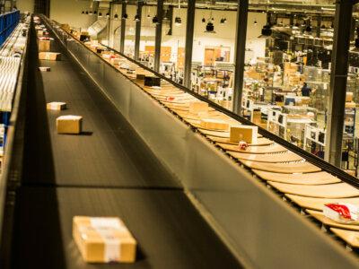 Nowa rola Poczty Polskiej w e-commerce. Rozliczy odbiorcę przesyłki spoza UE ze skarbówką