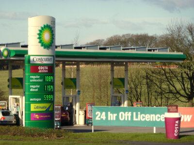 Üzemanyag-hiány a brit BP benzinkutakon: a sofőrhiány és a delta variáns az oka