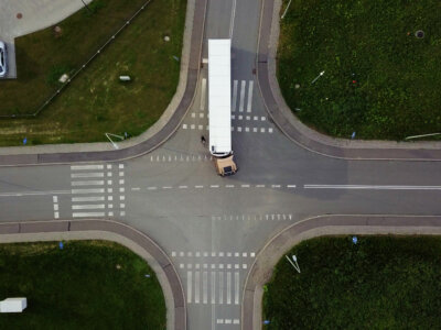 Czego kierowca nie widzi, siedząc w kabinie ciężarówki? Ten materiał powinien zobaczyć każdy uczestnik ruchu