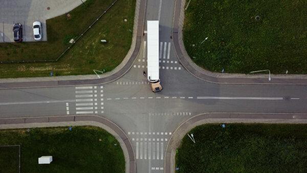 Czego kierowca nie widzi, siedząc w kabinie ciężarówki? Ten materiał powinien zobaczyć każdy uczestn