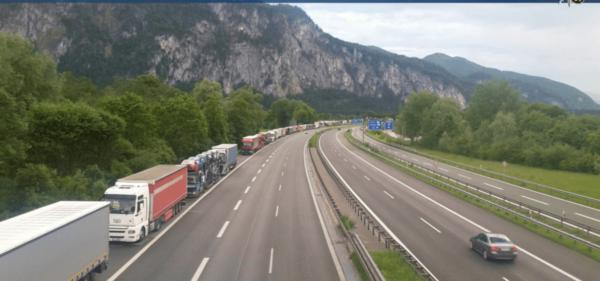 Австрия продлила запрет движения грузовиков в Тироле