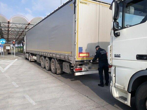 Огромная очередь грузовиков на границе Украины и Польши. Водители стоят по 26 часов