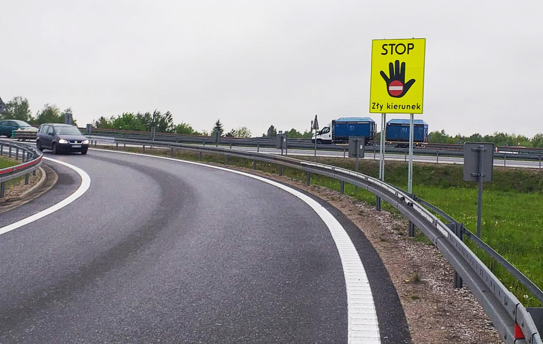 Nowe tablice przy drogach. Powinny powstrzymać jadących pod prąd