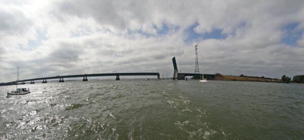 Utrudnienia w ruchu na ważnym moście w Niderlandach. Branża szacuje, że straci przez to 53 mln euro