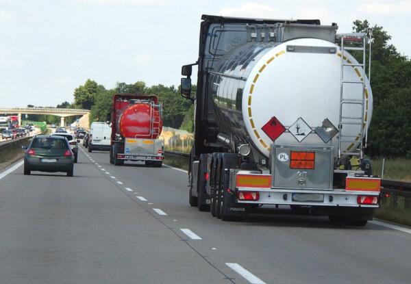 Jak przewóz towarów niebezpiecznych reguluje umowa ADR i konwencja CMR?