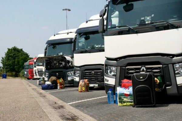 Verlassene Lastwagen und Fahrer ohne Löhne