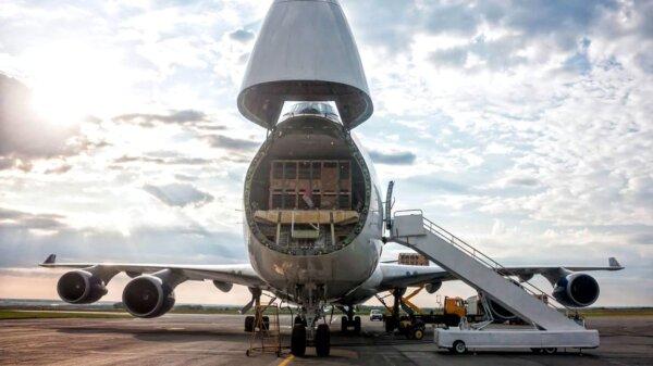 Kurjeriai pralenkė tradicines oro linijas. Sužinokite, kuri įmonė tapo didžiausiu krovinių vežėju