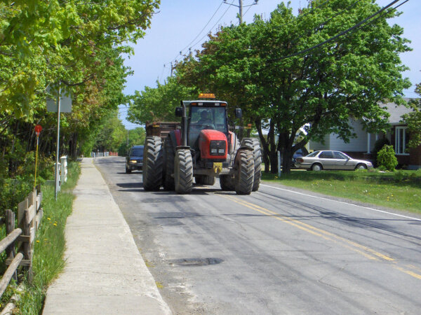 Sár az úton? Széles jármű jelzés nélkül? Felfrissítik a traktor-vezetők ismereteit