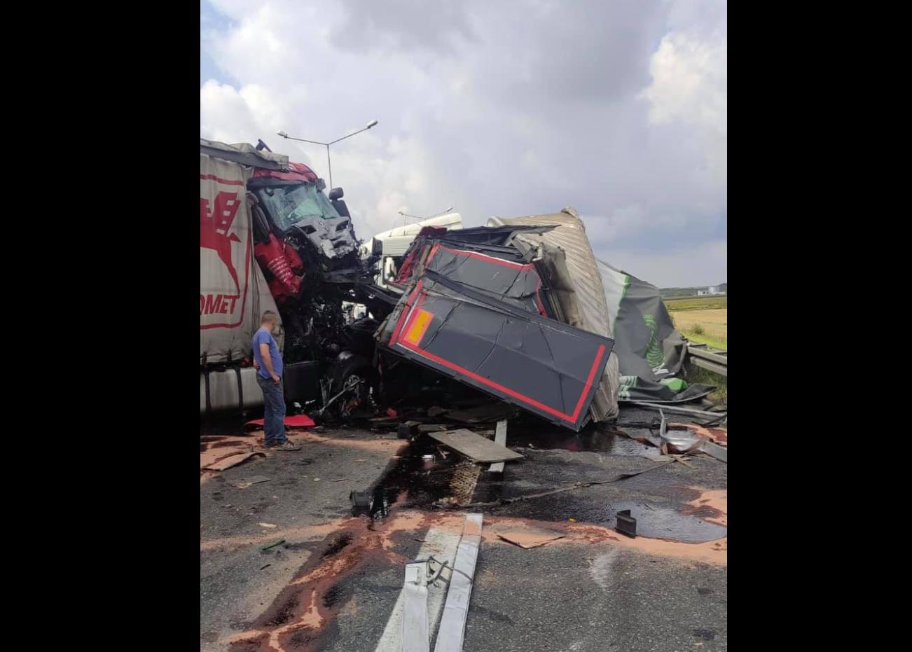 Poważny wypadek na A4, zderzyły się trzy ciężarówki. Policja apeluje o zmianę tras