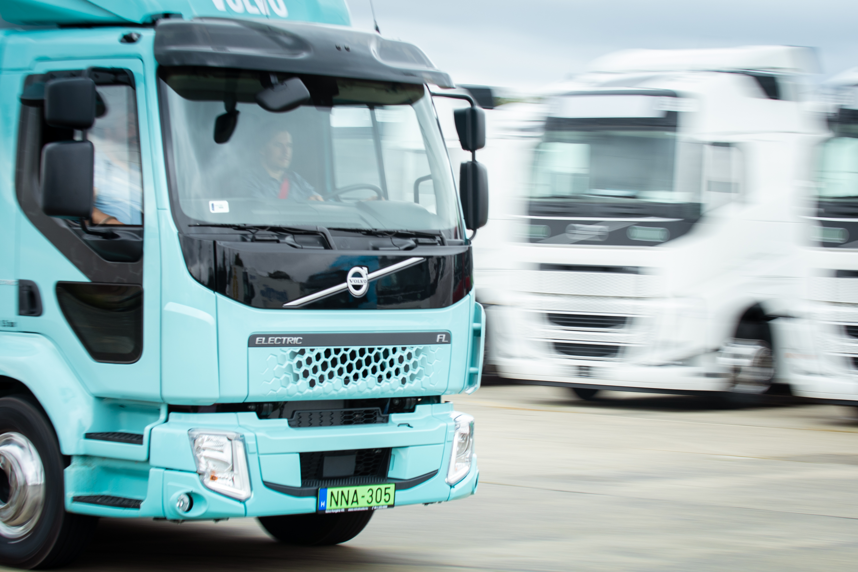 Itt az első tisztán elektromos hajtású Volvo teherautó magyar kötelékben