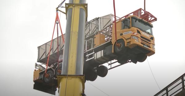 Látványos teherautó-mentés Németországban: 700 000 eurós járművet mentettek meg a pusztulástól (vid
