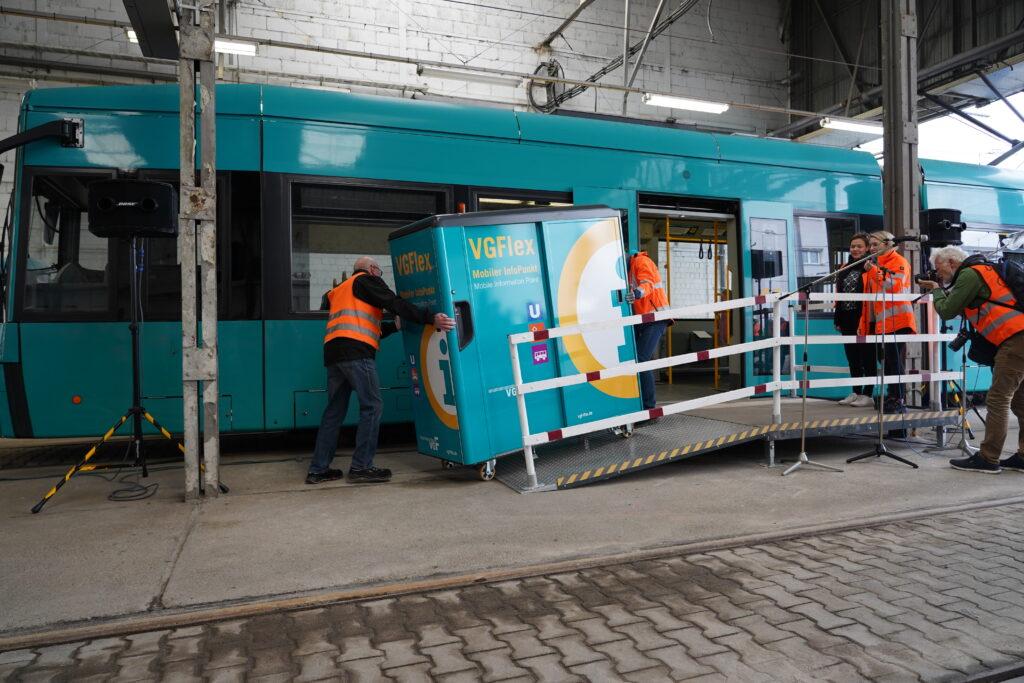 ONOMOTION: VGF testet Gütertransport mit der Straßenbahn