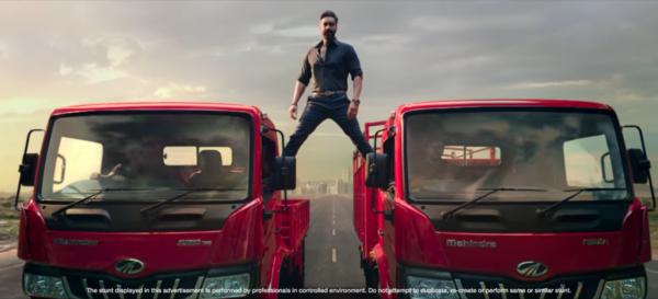 Gwiazdor Bollywood powtarza słynny wyczyn Van Damme'a stojącego na dwóch ciężarówkach. Podobny trick
