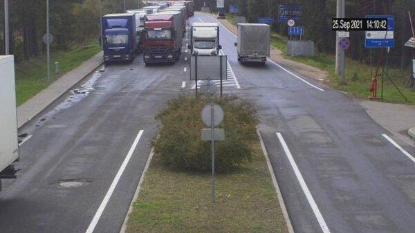На границе Литвы с Беларусью огромная очередь грузовиков. Водителям не хватает еды и воды