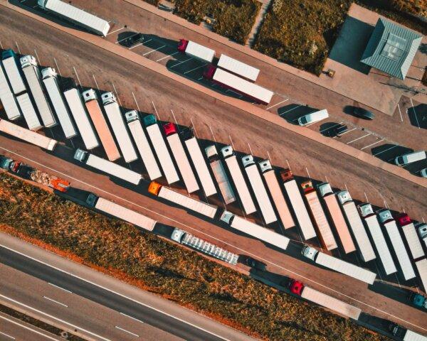 ES pradėjo subsidijuoti sunkvežimių stovėjimo aikšteles. Tai vienas iš būdų kovoti su sunkvežimių st