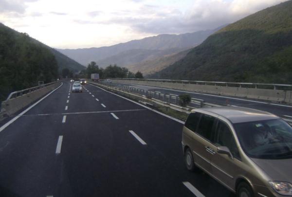 Zasadzka na włoskiej autostradzie z użyciem płonących aut. Kierowca ciężarówki cudem się wywinął
