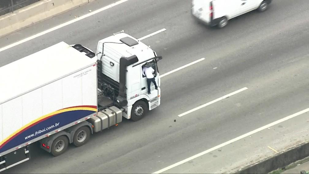 Sceny jak z filmu akcji – wskoczył w trakcie jazdy przez okno do kabiny, by ukraść ciężarówkę