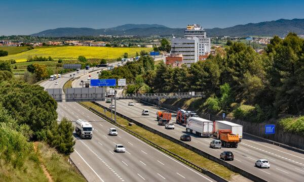 Kamionstop helyett így is lehet: egy sáv használata és sebességkorlátozás
