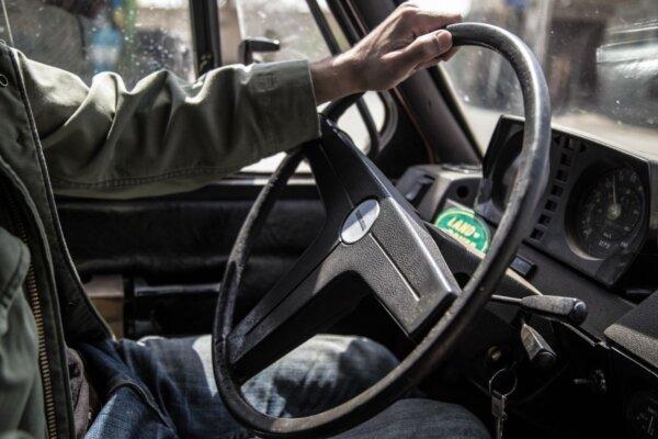 Migranci w Wielkiej Brytanii będą pracować jako kierowcy ciężarówek za darmo? Zaskakujący pomysł amb