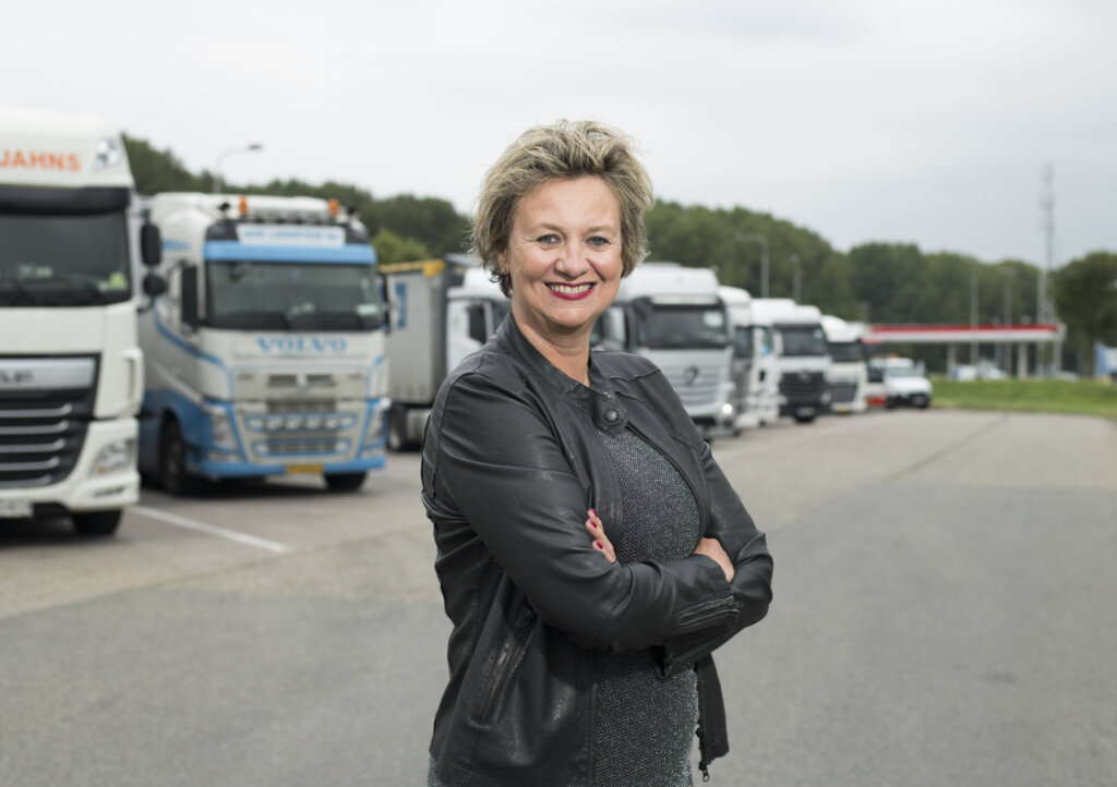 """Holendrzy chcą odroczenia obowiązkowego powrotu ciężarówki do bazy. """"UE strzela sobie w stopę"""""""