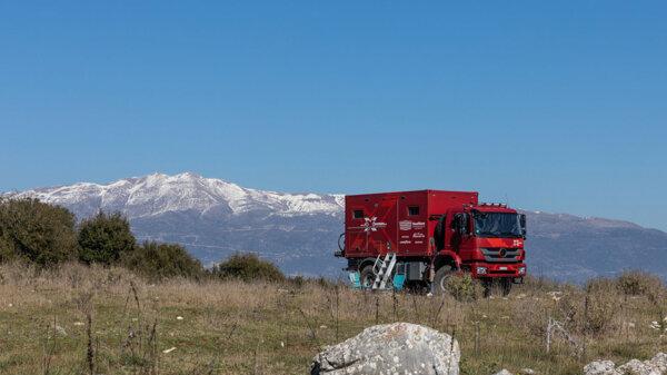 Trzy lata w trasie – para Szwajcarów przemierza kontynenty ekspedycyjną ciężarówką Mercedesa