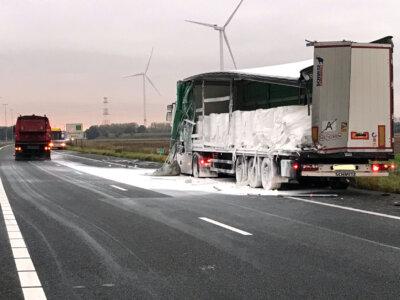 Niderlandzka autostrada zamknięta po wypadku ciężarówek. Na jezdnię wysypał się dwutlenek tytanu