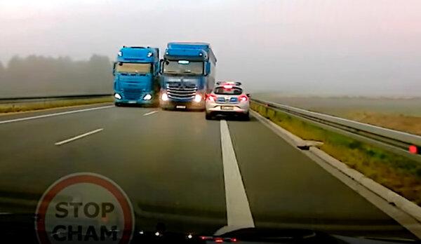 O włos od tragedii – ciężarówka wyprzedzającą inną niemal staranowała radiowóz jadący z naprzeciwka